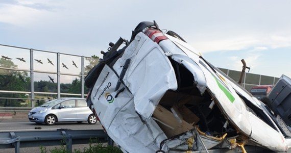 Jedna osoba zginęła, trzy zostały ranne na A2 między Skierniewicami a  Łowiczem. Na autostradzie zderzyły się dwa samochody osobowe i bus.
