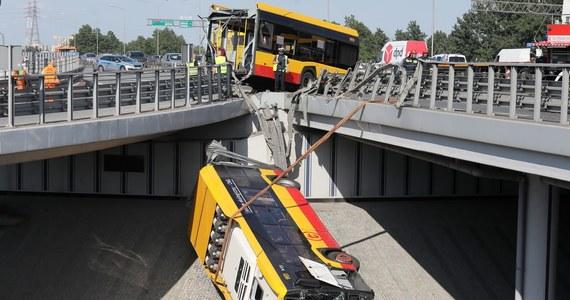 39 stopni gorączki miał kierowca autobusu, który przebił barierki i spadł z wiaduktu na trasie S8 w Warszawie - to nieoficjalne ustalenia reportera RMF FM Krzysztofa Zasady. Informacja ta może potwierdzać hipotezę, że przyczyną wypadku było zasłabnięcie kierowcy. On sam w czasie krótkiego wstępnego przesłuchania powiedział policjantom, że nie pamięta momentu wypadku.