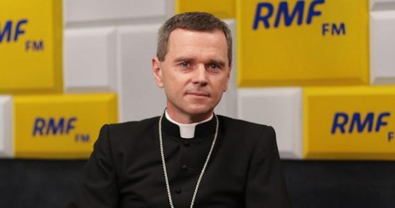 """""""Chciałbym - mając na uwadze to, co się działo w diecezji kaliskiej, te gorszące skandale - przeprosić za milczenie polskich biskupów w tej sprawie"""" - mówił w Porannej rozmowie bp Mirosław Milewski - biskup pomocniczy diecezji płockiej odnosząc się do afery wokół tamtejszego biskupa Edwarda Janiaka, który jest oskarżany o tuszowanie pedofilii wśród księży. Jego obowiązki decyzją papieża przejął arcybiskup Grzegorz Ryś. """"Jestem wdzięczny papieżowi Franciszkowi za to, że podjął taką decyzję. Mamy wreszcie przełom w tej sprawie. Tak dalej być po prostu nie mogło"""" - dodał."""