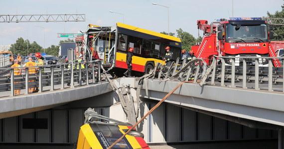 Kierowca autobusu, który w czwartek przebił barierki i spadł z wiaduktu na trasie S8 w Warszawie, usłyszał zarzuty. Prokuratura potwierdziła również wcześniejsze doniesienia dziennikarzy RMF FM: mężczyzna prowadził miejski autobus, będąc pod wpływem amfetaminy.