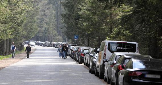 Wybierając się w wakacje nad popularne Morskie Oko w Tatrach, będzie można wcześniej zarezerwować miejsce parkingowe na Palenicy Białczańskiej, gdzie rozpoczyna się popularny szlak. Dzięki temu turyści będą mieć pewność, że nie zabraknie miejsc parkingowych – poinformowały władze Tatrzańskiego Parku Narodowego (TPN).