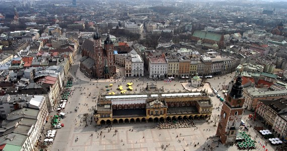 Byłeś w Krakowie ze szkolną wycieczką ładnych parę lat temu? Pamiętasz smak obwarzanka spod Wawelu i chciałbyś sprawdzić, jak zmieniała się panorama miasta z kopca Kraka? A może chcesz spędzić kilka dni pływając kajakiem po Wiśle, przemierzając rowerowe szlaki lub spacerując z dala od miejskiego gwaru po lasach? Zaplanuj pobyt w Krakowie, a poznasz gród Kraka z zupełnie innej strony - zachęcają władze Krakowa.