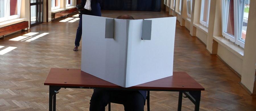 W pierwszej turze wyborów prezydenckich w 2020 roku odnotowano bardzo wysoką frekwencję - aż 62,9 proc. proc. uprawnionych do głosowania wybrało się do urn. To drugi wynik w historii wyborów prezydenckich w Polsce. Najwięcej głosów zdobyli Andrzej Duda oraz Rafał Trzaskowski i to oni zmierzą się w drugiej turze.