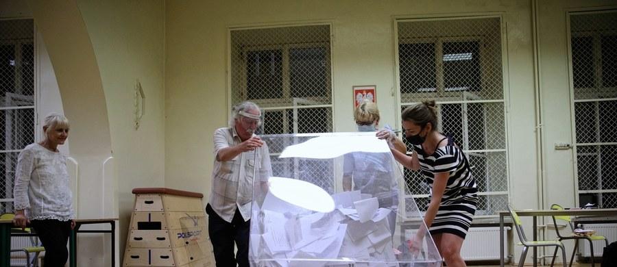 """Lokale wyborcze zostały zamknięte! W drugiej turze o urząd prezydenta powalczą Andrzej Duda i Rafał Trzaskowski - tak wskazują wyniki exit poll dla największych stacji telewizyjnych. Według danych late poll na temat frekwencji wyniosła ona 63,80 proc. """"Wygrywam tę I turę dzięki państwa głosom rzeczywiście w sposób absolutnie zdecydowany, ta przewaga jest potężna i ogromnie jestem za to wdzięczny"""" - mówił w Łowiczu, podczas swojego wieczoru wyborczego, Andrzej Duda. Jego kontrkadydat Rafał Trzaskowski komentował: """"Te wyniki pokazują coś najważniejszego: ponad 58 procent naszego społeczeństwa chce zmiany. Chcę do tych wszystkich obywateli dzisiaj powiedzieć: będę Waszym kandydatem, będę kandydatem zmiany!"""". Najbardziej gorący politycznie wieczór -sprawdź zapis naszej relacji minuta po minucie."""