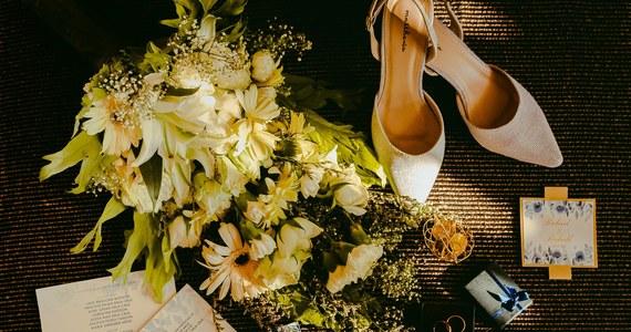 Planując wesele, pamiętajcie o zaproszeniach, które podkreślą charakter uroczystości. Zastanówcie się, ile sztuk potrzebujecie, na wszelki wypadek zamówcie też kilka dodatkowych. Zaproszenia ślubne mogą wspaniale odzwierciedlać charakter i temperament pary.