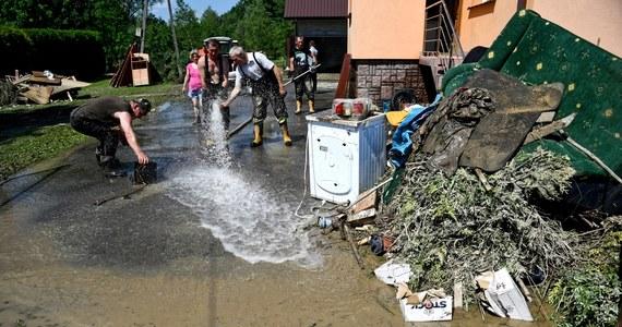 Ponad 11 tysięcy strażaków wzięło już udział w usuwaniu skutków nawałnic, które przeszły dotąd nad województwem podkarpackim. W związku z ulewami łącznie trzeba tam było ewakuować 155 osób. Także przez Małopolskę przetoczyły się burze, miejscami spadł nawet grad. Po południu, po gwałtownej ulewie, która przetoczyła się przez Warszawę, zalanych zostało wiele ulic. Niepokojące informacje dochodzą także z Dolnego Kłodzka, gdzie gwałtownie podniósł się poziom wody w rzekach.