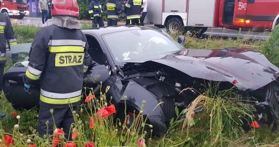 Rozbity samochód sportowy w rowie w Gaszynie koło Wielunia to dość nietypowy widok. Do wyciągnięcia ferrari z opałów zostali wezwani strażacy z Wielunia. Ze swojej akcji opublikowali później zdjęcia.