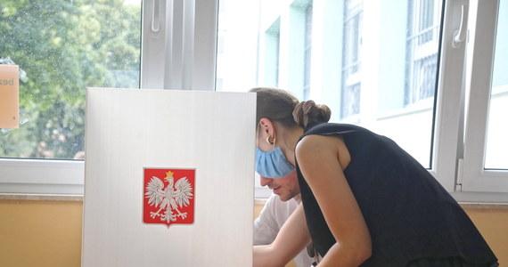 Według danych z 100 proc. obwodów Andrzej Duda uzyskał 43,5 proc. głosów, Rafał Trzaskowski - 30,46 proc. - poinformował we wtorek przewodniczący PKW Sylwester Marciniak. Frekwencja wyniosła 64,51 proc.