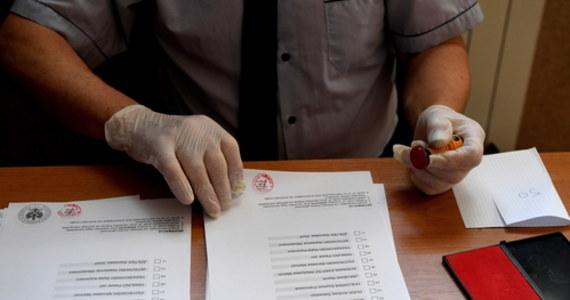 """Zarzut dotyczący nadużycia przy przebiegu wyborów usłyszał przedstawiciel jednej z obwodowych komisji wyborczych w Bytomiu. Jak wynika z ustaleń policji, po zamknięciu lokalu wyborczego dopisywał znak """"X"""" na wyjętych z urny kartach do głosowania. W ten sposób miał przerobić cztery karty na szkodę dwóch kandydatów."""