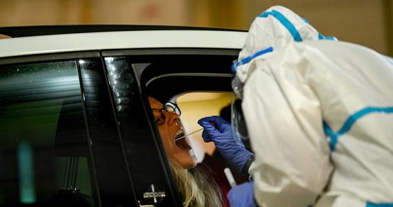 We wtorek Ministerstwo Zdrowia poinformowało o 239 nowych potwierdzonych przypadkach koronawirusa w Polsce. Resort przekazał również informację o śmierci 19 kolejnych zakażonych osób. Aktualny bilans pandemii w Polsce to 34 393 zakażonych i 1 463 ofiary śmiertelne. Wyzdrowiało 21 281 pacjentów, u których potwierdzono zakażenie.