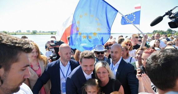 """Prezydent Andrzej Duda powinien pojawić się na debacie zorganizowanej przez inne telewizje; skoro ja miałem odwagę być w TVP, """"to może pan prezydent też powinien się wykazać odwagą""""- powiedział kandydat KO na prezydenta Rafał Trzaskowski."""