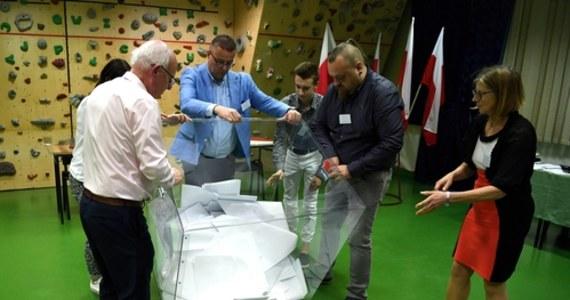 """""""Nie odnotowaliśmy nowych podejrzeń zakażeń w związku z odbywającymi się w niedzielę wyborami prezydenckimi. Udało nam się bezpiecznie je przeprowadzić"""" - powiedział wiceminister zdrowia Janusz Cieszyński. Jego zdaniem, liczba zakażeń jest w Polsce pod kontrolą. """"Nie ma wzrostów zakażeń, biorąc pod uwagę nawet to, że Polacy gremialnie ruszyli do wyborów prezydenckich"""" - zaznaczył."""