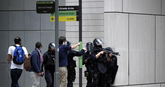 Szeroko zakrojona operacja policyjno-wojskowa w największej europejskiej dzielnicy biznesu - La Defense pod Paryżem. Funkcjonariusze i żołnierze szukają mężczyzny uzbrojonego w broń automatyczną, którego widzieli świadkowie. Akcja służb została zakończona, informacje świadków ostatecznie się nie potwierdziły.
