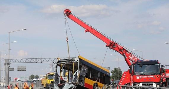 Stołeczny ratusz rozpoczął kontrole w dwóch kolejnych firmach transportowych, których autobusy wożą pasażerów w Warszawie - dowiedział się reporter RMF FM. Powodem działań kontrolerów jest czwartkowy wypadek, w którym autobus prowadzony przez kierowcę pod wpływem narkotyków spadł z mostu Grota - Roweckiego.