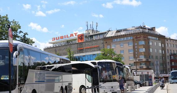 Protest przewoźników autokarowych zaczął się w Krakowie. Ponad setka autobusów przejeżdża przez miasto. Przewoźnicy domagają się wsparcia od rządu w związku ze stratami, wynikającymi z epidemii koronawirusa.