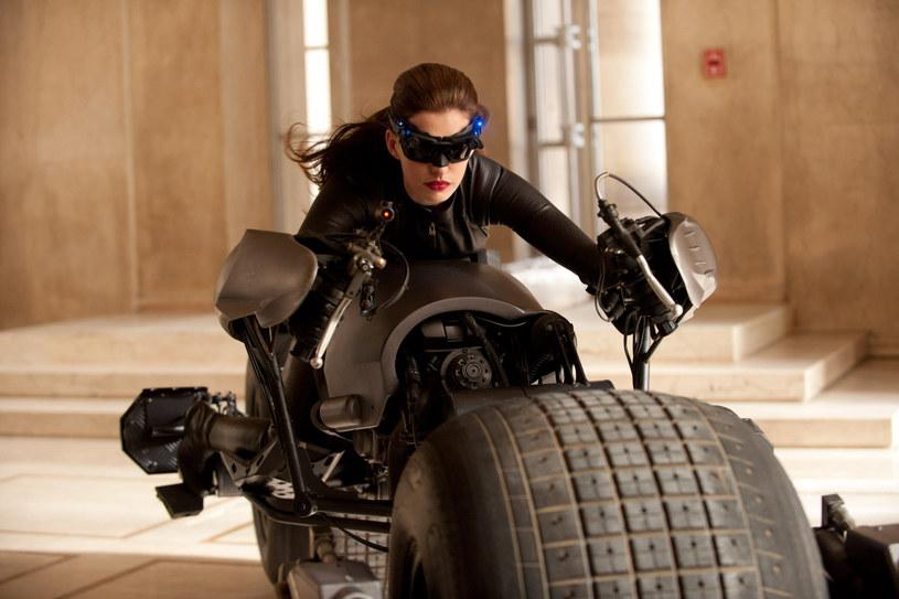"""Choć reżyserowane przez Christophera Nolana filmy to produkcje, które kosztują setki milionów dolarów, biorący w nich udział aktorzy i twórcy nie mogą liczyć nawet na takie wygody, jak chociażby krzesło. Takimi informacjami na temat kulisów pracy z Nolanem podzieliła się występująca w jego filmach """"Interstellar"""" oraz """"Mroczny Rycerz powstaje"""" Anne Hathaway."""