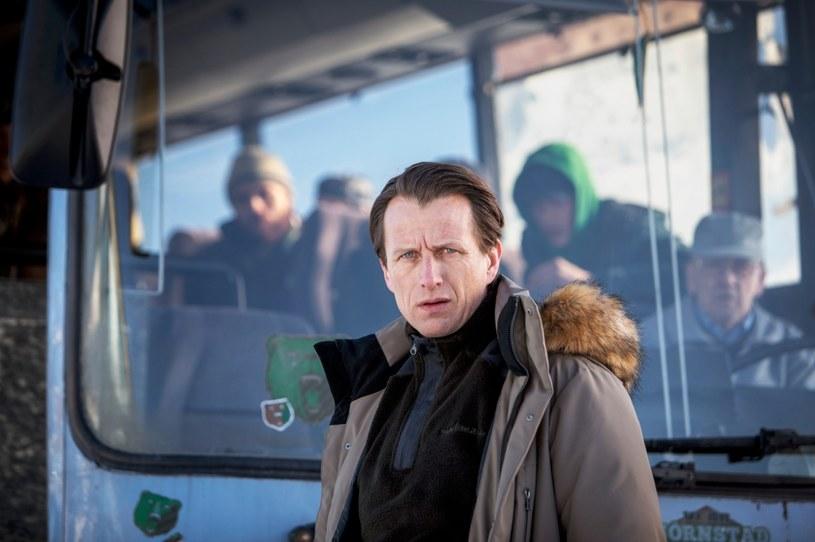 """Nowy serial obyczajowy HBO Europe """"Miasto niedźwiedzia"""" jest adaptacją głośnej na całym świecie powieści Fredrika Backmana o tym samym tytule. Produkcja wyreżyserowana została przez wielokrotnie nagradzanego Petera Grönlunda. Premiera serialu odbędzie się jesienią 2020."""