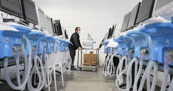 Kompromitacja z rządowym zamówieniem na respiratory od firmy E&K. Zamiast zamówionych prawie 1200 Ministerstwo Zdrowia kupi jedynie 200 - poinformował w Senacie wiceszef resortu Janusz Cieszyński.