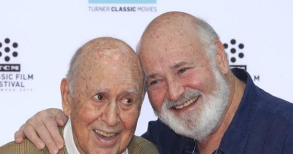 """Carl Reiner, jeden z najpopularniejszych amerykańskich komików, zmarł wieku 98 lat. Scenarzysta, reżyser i aktor znany w Polsce z roli w serii """"Ocean's Eleven"""" został nazwany przez Reutera """"siłą napędową amerykańskiej komedii""""."""