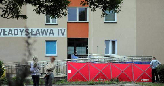 Do 3 w nocy policjanci pracowali na miejscu wczorajszej, wieczornej tragedii w Koszalinie. Dwójka dzieci, w wieku 4 i 5 lat, wypadła z okna z 9. piętra bloku przy ulicy Władysława IV. Dziewczynka i chłopiec zginęli na miejscu. W