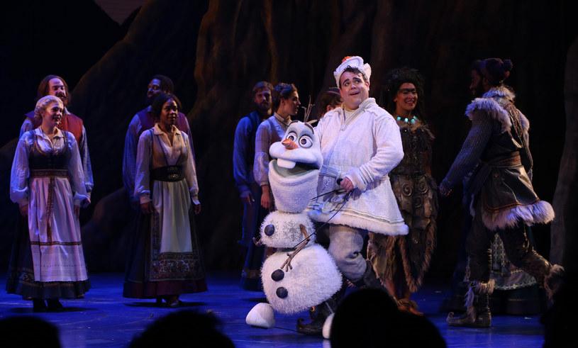 W sytuacji kiedy większość właścicieli amerykańskich kin ma nadzieję na to, że jeszcze latem seanse ruszą pełną parą, szefowie scen Broadwayu porzucili już wszelką nadzieję. W komunikacie opublikowanym przez złożoną m.in. z właścicieli teatrów oraz producentów teatralnych The Broadway League poinformowano, że nowojorskie teatry zostaną zamknięte do stycznia przyszłego roku.