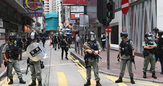 """Setki Hongkończyków wyszły w środę na ulice w proteście przeciwko nowemu prawu o bezpieczeństwie państwowym. Policja usiłuje rozgonić demonstracje w okolicy Causeway Bay przy użyciu armatki wodnej i gazu pieprzowego - podał dziennik """"South China Morning Post"""". Policja zatrzymała pierwsze osoby za złamanie kontrowersyjnych przepisów o bezpieczeństwie państwowym, narzucony przez Chiny."""