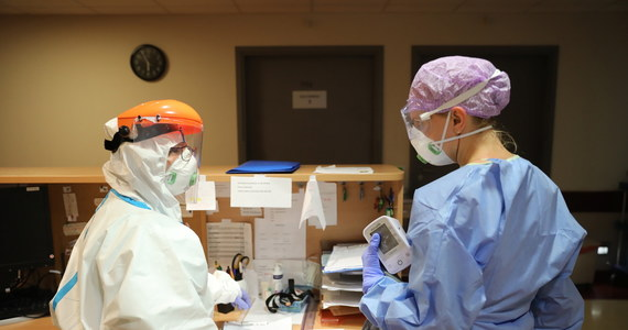 37 521 zakażeń i 1 568 ofiar śmiertelnych - to aktualny bilans pandemii SARS-CoV-2 w Polsce. W sobotę 11 lipca poinformowano o 305 nowych przypadkach zakażeń i kolejnych 6 zgonach. Na całym świecie natomiast liczba chorych na COVID-19 przekroczyła 12,6 mln. Z powodu koronawirusa zmarło już ponad 563 tysiące ludzi - najwięcej w USA, Brazylii i  Wielkiej Brytanii. Dane w artykule są na bieżąco aktualizowane.