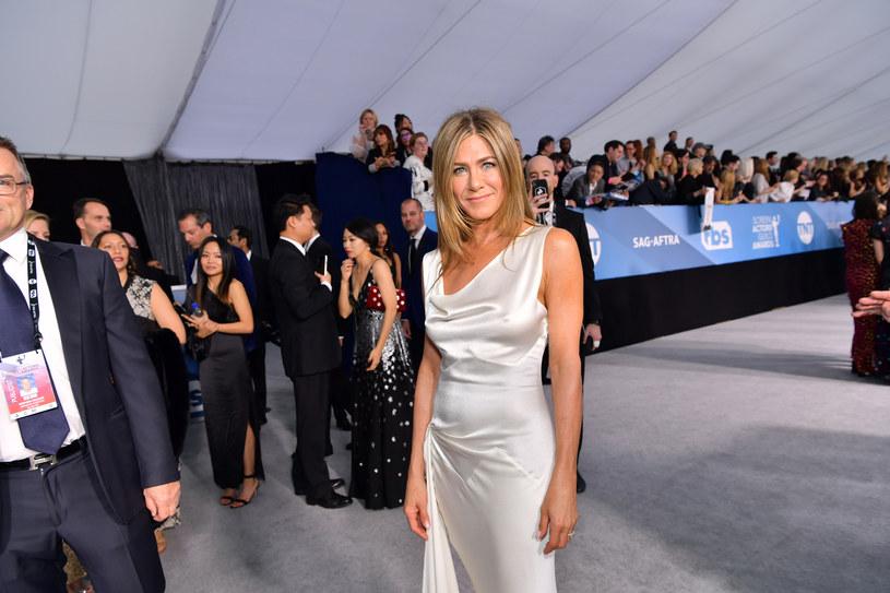 """Choć kryzys związany z pandemią koronawirusa bynajmniej nie został zażegnany, wielu z nas przestało stosować się do zaleceń ekspertów. Ta niefrasobliwość martwi Toma Hanksa, który sam zachorował na COVID-19. O rozsądek zaapelowała również Jennifer Aniston. """"Noście cholerne maseczki"""" - napisała na Instagramie."""
