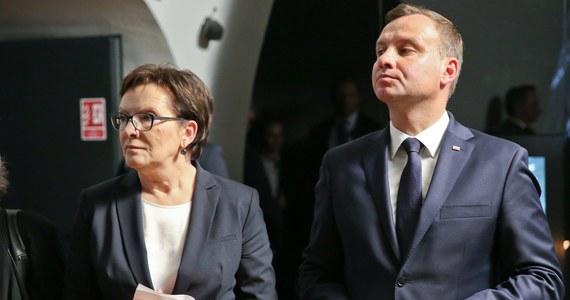 """Czy pamiętacie państwo, co było największą """"aferą"""" krótkiego okresu kohabitacji Andrzeja Dudy z rządem PO-PSL pod kierownictwem Ewy Kopacz? Brawo. Ja też pamiętam. Wszystko inne przyćmił skandal związany z tym, że pan prezydent rzekomo nie podał ręki pani premier. To, że podczas oficjalnych uroczystości na Westerplatte nie było między nimi uścisku dłoni było faktem, w nadmuchanym do granic absurdu """"skandalu"""" chodziło o to, że miał to być z jego strony wyraz braku szacunku. Nie wracając już do debat o tym, jak dokładnie to było i kto nie do końca dotrzymał zasad protokołu, przypominam to zdarzenie, byśmy nie mieli złudzeń, co nastąpi, jeśli 12 lipca wybory wygra Rafał Trzaskowski. Nikt nikomu nie będzie podawał ręki."""
