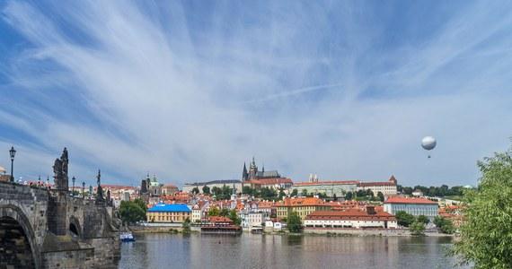 Na większości terytorium Czech od środy nie ma obowiązku noszenia maseczek, z wyjątkiem szpitali, metra w Pradze, zamkniętych pomieszczeń na Śląsku i obszaru lokalnych ognisk zakażeń koronawirusem. Po dwóch tygodniach epidemiolodzy ocenią skutki odejścia od ograniczeń.