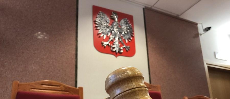 Przed Sądem Rejonowym w Pruszkowie zapadł wyrok ws. kierowcy karetki, który jadąc z niedozwoloną prędkością, śmiertelnie potrącił na pasach 9-letnią dziewczynkę. Mężczyzna został skazany na 5,5 roku więzienia.