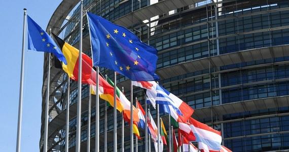 Niemcy przywracają temat praworządności na agendę Unii Europejskiej. Władze PiS znowu będą musiały się tłumaczyć przed krajami UE w związku z nieprzestrzeganiem zasad państwa prawa. Niemcy od środy sprawują półroczne przewodnictwo w UE. Z projektu programu posiedzeń Rady UE wynika, że kwestia praworządności będzie tematem - co miesiąc - na posiedzeniach unijnych rady ministrów ds. europejskich - informuje nasza dziennikarka Katarzyna Szymańska-Borginion.