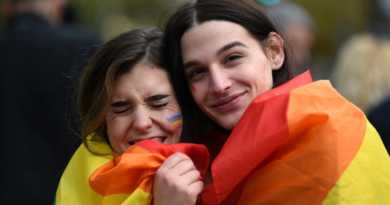Czarnogóra została pierwszym europejskim krajem spoza UE, w którym zalegalizowano związki partnerskie osób tej samej płci. Głosowanie w tej sprawie odbyło się w środę w 81-osobowym parlamencie Czarnogóry, a za ustawą opowiedziało się 42 deputowanych.