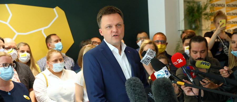 """""""Nie mam w drugiej turze swojego kandydata, więc zagłosuję nie za czymś, tylko przeciwko czemuś. Przeciwko tej wizji prezydentury i Polski, jaką prezentował Andrzej Duda przez ostatnie lata, suflowanej mu przez Prawo i Sprawiedliwość"""" – przyznał w rozmowie z """"Gazetą Wyborczą Szymon Hołownia, który w pierwszej turze uzyskał 13,87 proc. głosów. """"Jako obywatel tego kraju mam ochotę przestać wreszcie być zasiekami, zaporą, szlabanem dla zła i zacząć budować realne dobro"""" – przyznał."""