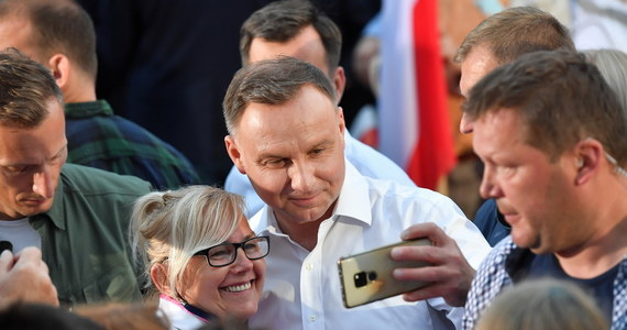 Planowana na poniedziałek w Końskich debata kandydatów do prezydentury powinna się odbywać bez udziału publiczności. Jasno mówi o tym rozporządzenie KRRiTV. Organizatorzy nie tylko jednak planują udział w debacie widzów, ale też wybrali na jej miejsce powiat, w którym Andrzeja Dudę poparło ponad 60 proc. wyborców, a jego konkurenta tylko 18 proc.