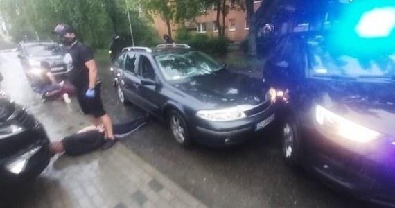 Rozbita sześcioosobowa szajka, która napadała na placówki bankowe i okradała bankomaty w okolicach Częstochowy. 4 zatrzymanych trafiło do tymczasowego aresztu, dwóch kolejnych jest pod policyjnym dozorem.