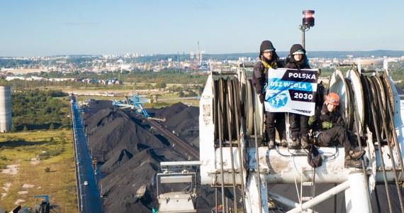 """28 działaczy Greenpeace oskarżonych w związku z blokadą rozładunku węgla w porcie w Gdańsku. Do sądu wysłany został akt oskarżenia w sprawie akcji z września 2019 roku. Aktywiści organizacji wspięli się wtedy na portowe dźwigi i rozwiesili transparenty """"Polska bez węgla 2030"""". Jak dowiedział się reporter RMF FM, straty portu były jednak wielokrotnie niższe, niż początkowo je określono."""
