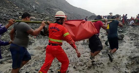 Ponad 100 ofiar śmiertelnych zejścia lawiny błotnej w kopalni jadeitu na północy Birmy - poinformowała straż pożarna. Akcję ratunkową przerwano ze względu na utrzymujące się ulewne deszcze.