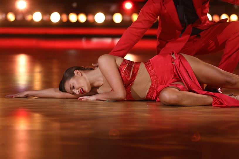 """Do sieci właśnie trafił minimalistyczny teledysk """"SMRC"""" Julii Wieniawy. Aktorka i wokalistka pokazała się w zupełnie nowej odsłonie."""