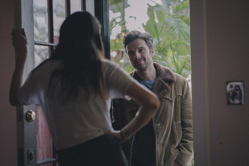 """Każdy z nich jest inny, a jednak wiele ich łączy. Obaj urodzili się w Europie i nieoczekiwanie weszli na ścieżkę aktorską, udowadniając, że nie boją się żadnych ról. Jeden z nich zabłysnął jako komiksowy superbohater w filmach Marvela, drugi jako uwodzicielski Christian Grey, który rozkochał w sobie rzesze kobiet na całym świecie. W romansie """"Coś się kończy, coś zaczyna"""" połączy ich zjawiskowa Shailene Woodley, która oczaruje zarówno klasycznego bad boya (Sebastian Stan), jak i spokojniejszego, czarującego pisarza (Jamie Dornan)."""