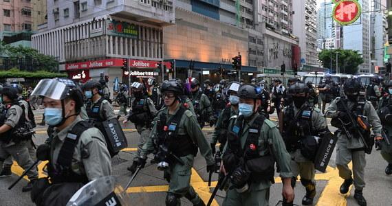 Hongkońska policja zatrzymała w nocy ze środy na czwartek podejrzanego o atak na funkcjonariusza w czasie środowych protestów przeciw nowemu prawu o bezpieczeństwie. Według mediów 24-latka złapano w samolocie, tuż przed planowanym odlotem do Wielkiej Brytanii.