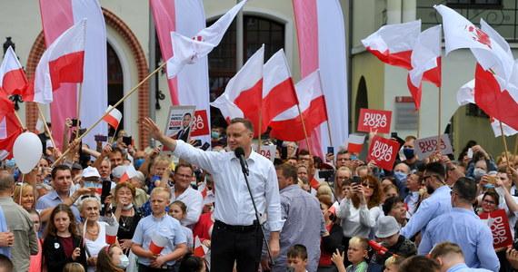 """""""Trzeba po raz kolejny powiedzieć """"do widzenia"""". Mamy dosyć tych, którzy podnosili wiek emerytalny"""" – mówił w Stargardzie ubiegający się o reelekcję prezydent Andrzej Duda. """"Nigdy więcej nie pchać się do władzy w Polsce. Po to, żeby kraść 50 mld złotych z VAT-u rocznie? Po to chcą się dopchać do władzy, żeby ktoś nas okradał? Złodziejom i tym, którzy złodziejom sprzyjali, mówimy 'nie'"""" - powiedział prezydent."""