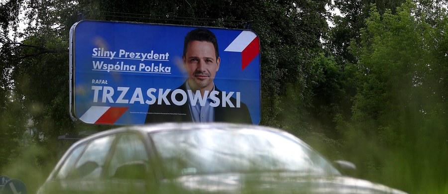 49 proc. badanych chce głosować w II turze wyborów prezydenckich Andrzeja Dudę - wynika z sondażu IBRiS dla Onetu. Jego rywal Rafał Trzaskowski może liczyć na poparcie 46,4 proc. respondentów. 4,6 proc. uczestników badania nie jest w stanie udzielić jednoznacznej odpowiedzi.