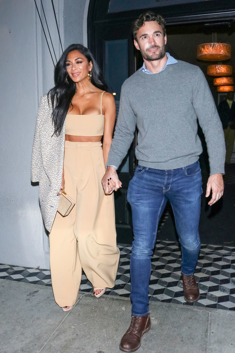 Nicole Scherzinger i jej partner Thom Evans postanowili udać się na urlop, aby świętować 42. urodziny wokalistki. Gwiazda pochwaliła się zdjęciami z wakacji, na których zachwyca figurą.