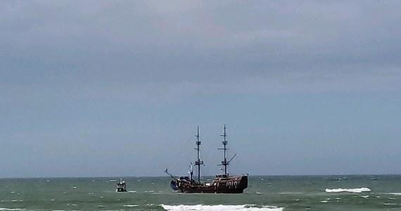 Statek Denega z Łeby z grupą turystów na pokładzie utknął na mieliźnie. Stało się to kilkaset metrów od brzegu – informuje reporter RMF FM Kuba Kaługa.