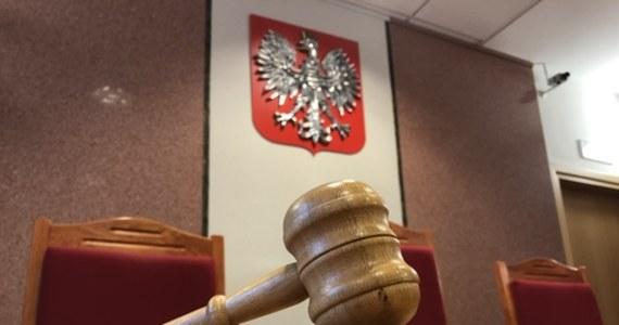 Sąd Rejonowy w Kętrzynie warunkowo umorzył postępowanie karne wobec pięciu strażaków oskarżonych o złożenie fałszywych zeznań. Zeznania złożyli w związku ze śmiertelnym wypadkiem podczas ćwiczeń na terenie kętrzyńskiej komendy straży pożarnej.