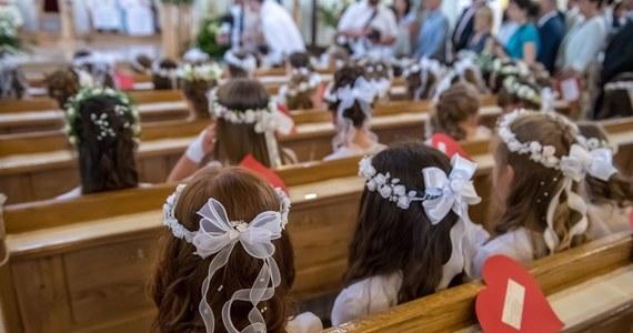Sanepid w mazowieckiej Przysusze apeluje, by zgłaszały się osoby, które brały udział w uroczystości Pierwszej Komunii Świętej w Wieniawie w powiecie przysuskim. Zakażenie koronawirusem wykryto u dwójki gości.
