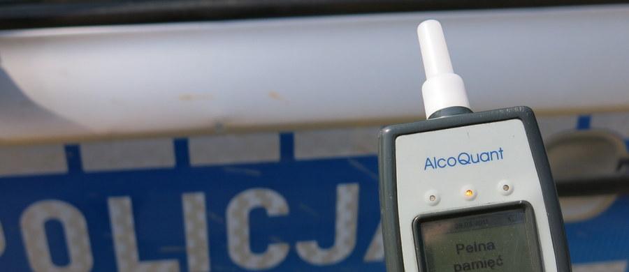 Jedna osoba trafiła do szpitala po zderzeniu trzech samochodów w tunelu w al. Prymasa Tysiąclecia w Warszawie - poinformował podkom. Piotr Świstak z Komendy Stołecznej Policji. Jak ustalono, jeden z kierowców - 85-latek - miał 1,8 promila alkoholu w wydychanym powietrzu.
