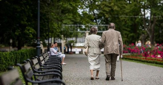 Objęcie bonem turystycznym emerytów i rencistów, oraz dzieci tych rodziców, którzy pracują za granicą - przewiduje cześć poprawek, jakie w czwartek Senat zaproponował do prezydenckiej ustawy o Polskim Bonie Turystycznym. Za głosowało 97 senatorów, nikt nie był przeciw, ani nie wstrzymał się od głosu. Teraz ustawa trafi ponownie do Sejmu.