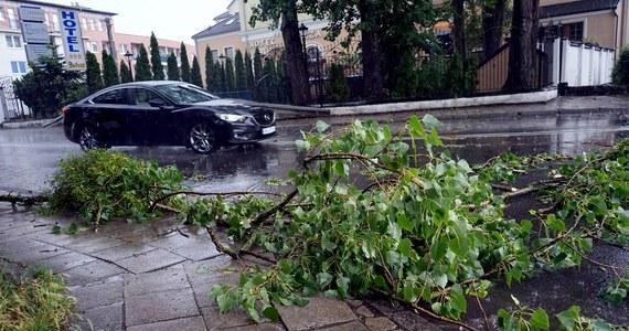 Prawie tysiąc razy interweniowali w czwartek do wieczora strażacy w całej Polsce po intensywnych opadach deszczu i burzach, które przechodziły nad centralną i południową Polską. Najczęściej wyjeżdżali na Mazowszu i w Śląskiem. Nawałnice wyrządziły także szkody w Małopolsce, w okolicach Wadowic.